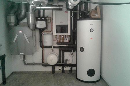 Kellerzentrale mit Lüftungsgerät, Solarspeicher und Gas- Brennwertgerät
