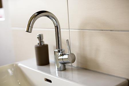 Detail: Armatur eines Handwaschbeckens